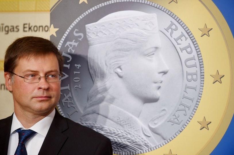 Premier Łotwy na tle wzoru nowej monety /AFP