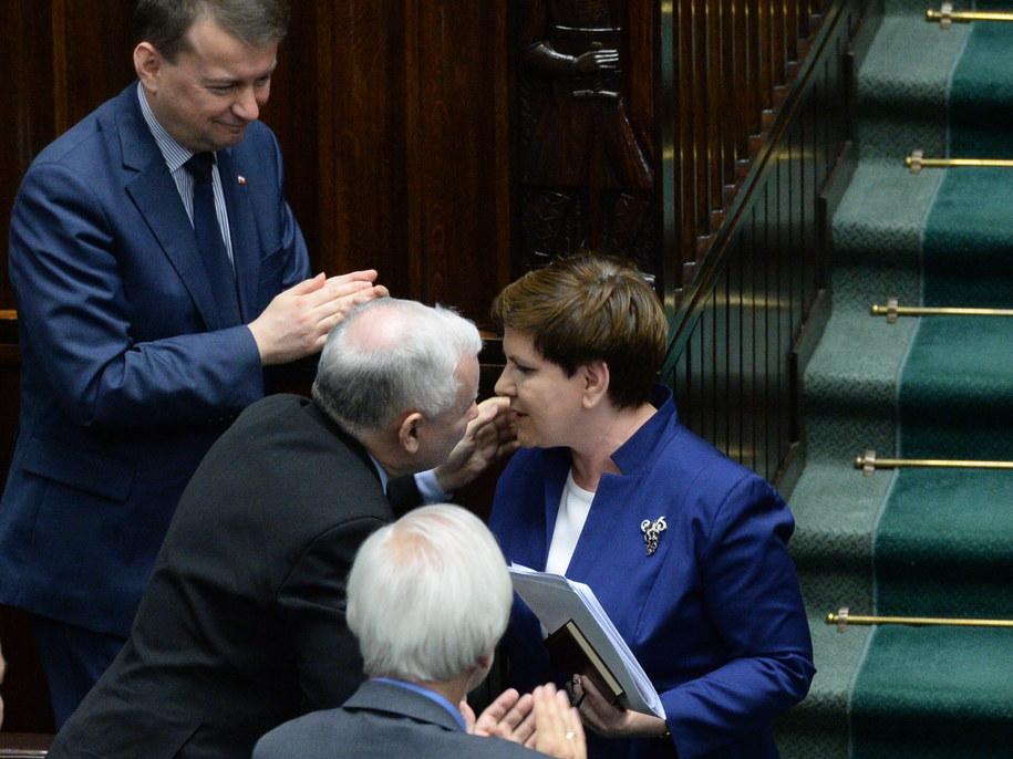 Premier odbiera gratulacje od polityków PiS, po swoim wystąieniu w Sejmie /Jacek Turczyk /PAP