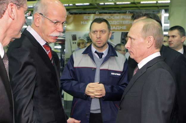 Premier Rosji Władimir Putin i prezes Daimlera Dieter Zetsche zwiedzają fabrykę GAZ /AFP