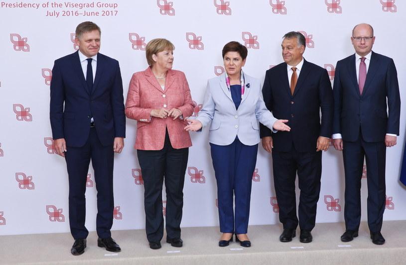 Premier RP Beata Szydło (C), kanclerz Niemiec Angela Merkel (2L), premier Słowacji Robert Fico (L), premier Czech Bohuslav Sobotka (P) i premier Węgier Viktor Orban (2P) /Rafał Guz /PAP