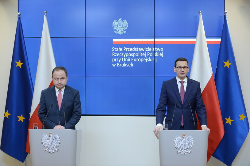 Premier RP Mateusz Morawiecki (P) i wiceminister spraw zagranicznych Konrad Szymański (L) /Marcin Obara /PAP