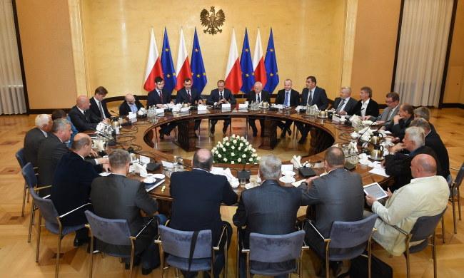 Premier Tusk na spotkaniu z górniczymi związkowcami /PAP/Radek Pietruszka    /PAP