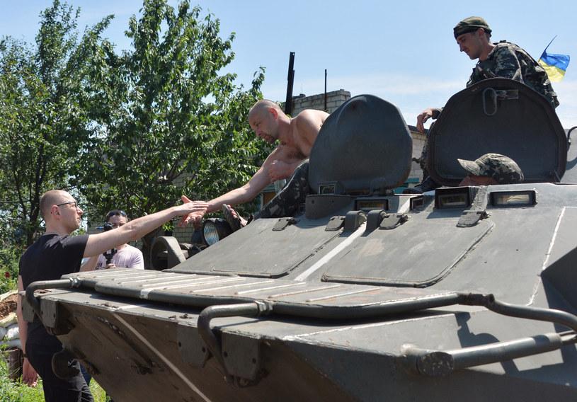 Premier Ukrainy Arsenij Jaceniuk z żołnierzami /AFP