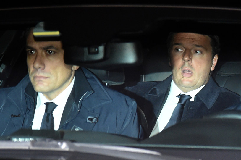 Premier Włoch Matteo Renzi w drodze na spotkanie z prezydentem Sergio Mattarellą /AFP