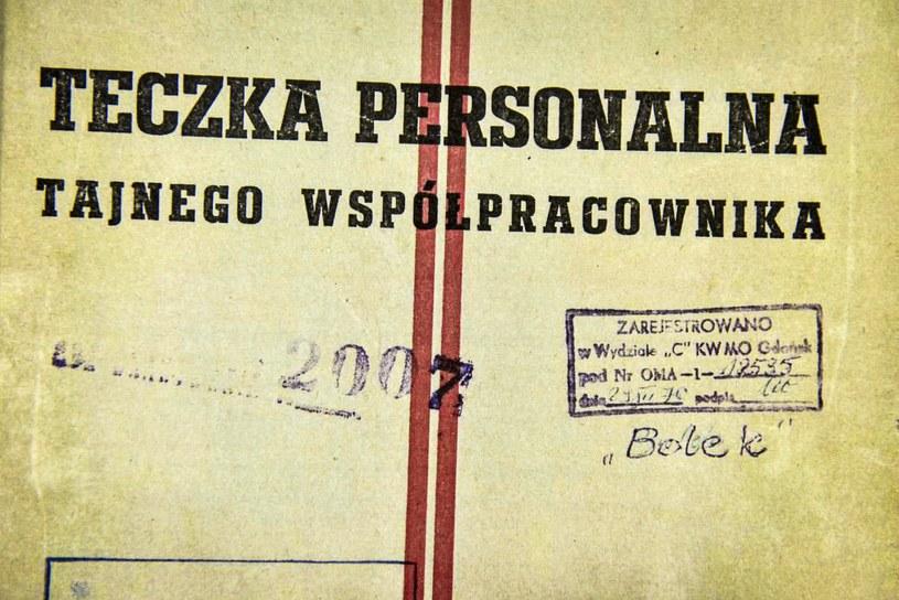 """Prezentacja dokumentów dotyczących agenta SB TW """"Bolka"""" zabezpieczonych w domu Czesława Kiszczaka /Jacek Domiński /Reporter"""