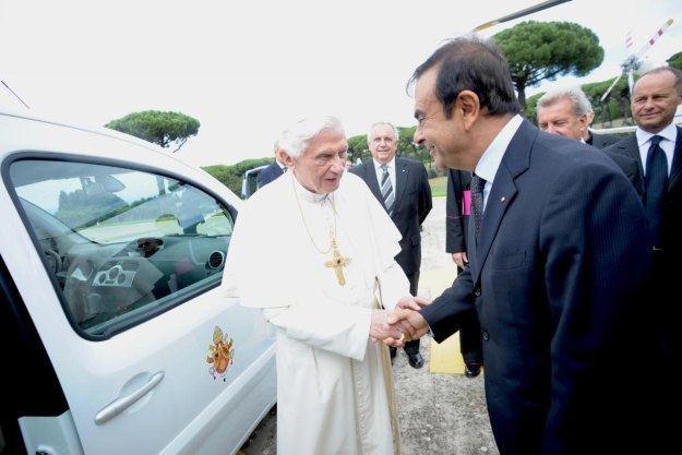 Prezes Ghosn osobiście przekazał samochod papieżowi /