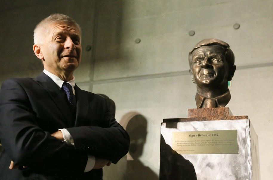 Prezes NBP Marek Belka obok swojego popiersia, które odsłonięto 6 bm. na GPW, podczas przyznania mu nagrody Galerii Chwały Polskiej Ekonomii /Paweł Supernak /PAP