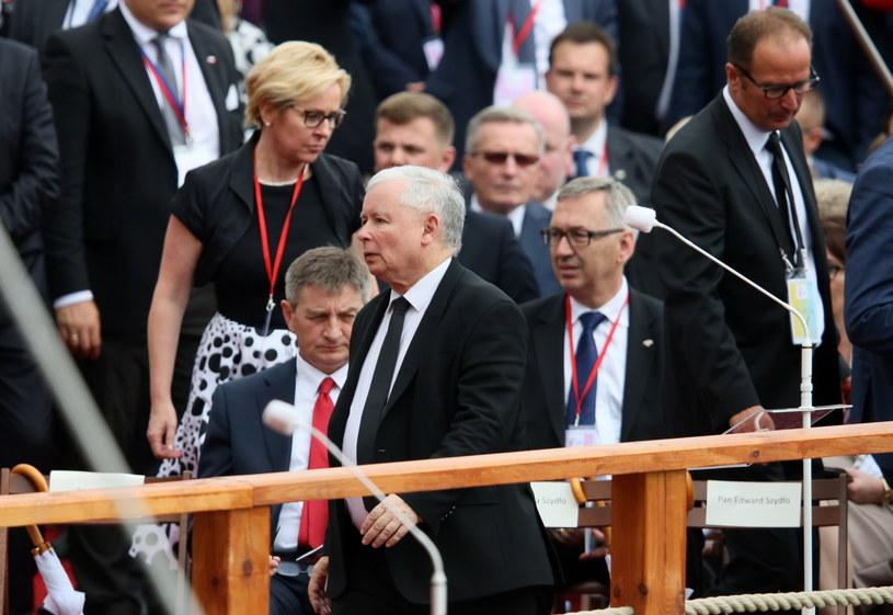 Prezes PiS Jarosław Kaczyński (C) w trakcie przejazdu papieża Franciszka /Paweł Supernak /PAP