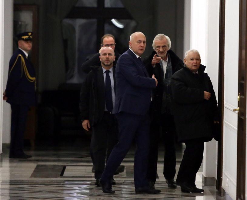 Prezes PiS Jarosław Kaczyński i wicemarszałkowie Ryszard Terlecki  i Joachim Brudziński na korytarzu w Sejmie, w nocy z 16 na 17 /Tomasz Gzell /PAP