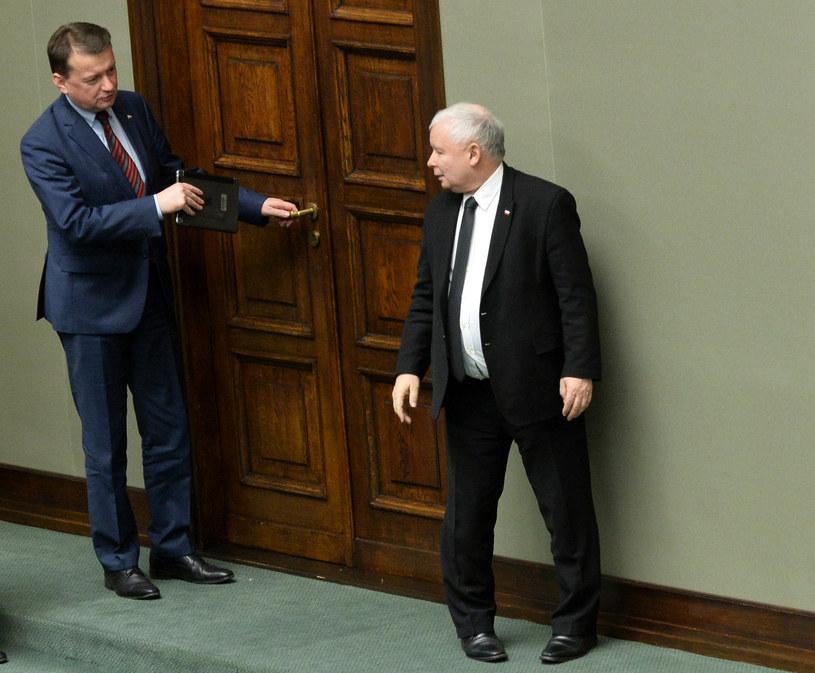 Prezes PiS Jarosław Kaczyński w rozmowie z ministrem spraw wewnętrznych Mariuszem Błaszczakiem /Janek Skarżyński /AFP