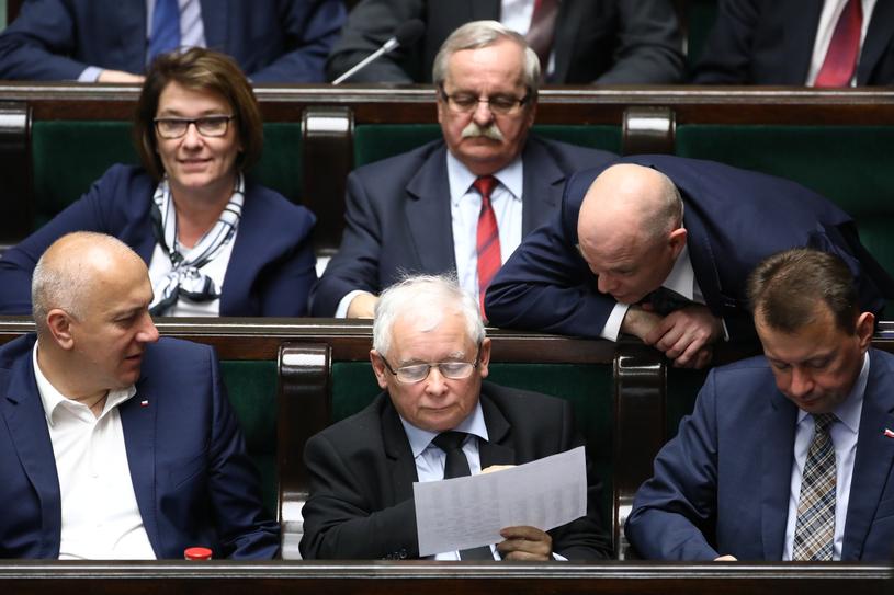 Prezes PiS w otoczeniu najbliższych współpracowników podczas posiedzenia Sejmu /STANISLAW KOWALCZUK /East News