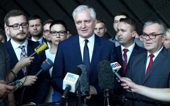 Prezes Polski Razem Jarosław Gowin (C) oraz radny Sejmiku Śląskiego Janusz Buzek (L) i senator PO Tadeusz Kopeć (P), podczas konferencji prasowej /PAP/Andrzej Grygiel    /PAP