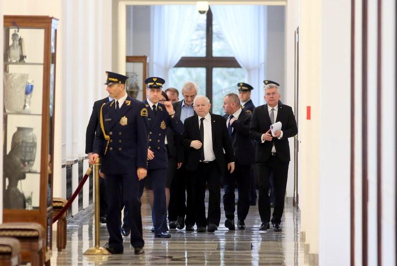 Prezes Prawa i Sprawiedliwości Jarosław Kaczyński (C), marszałek Senatu Stanisław Karczewski (P) oraz wicemarszałek, przewodniczący klubu PiS Ryszard Terlecki (4P) na korytarzu sejmowym /Leszek Szymański /PAP