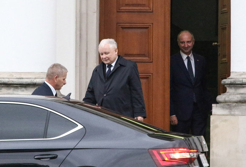 Prezes Prawa i Sprawiedliwości Jarosław Kaczyński (C) opuszcza Belweder po spotkaniu z prezydentem Andrzejem Dudą /Marcin Obara /PAP