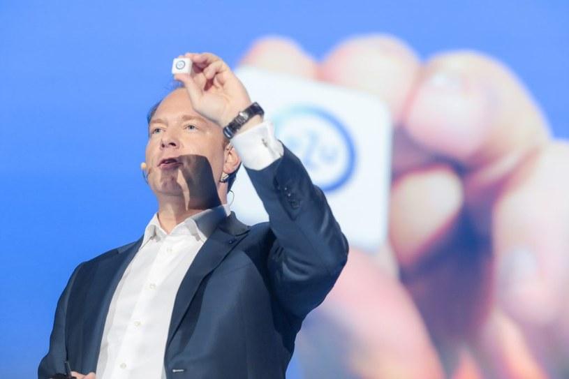 Prezes PZU Marek Surówka prezentuje beacona / Fot: Marek Wiśniewski /