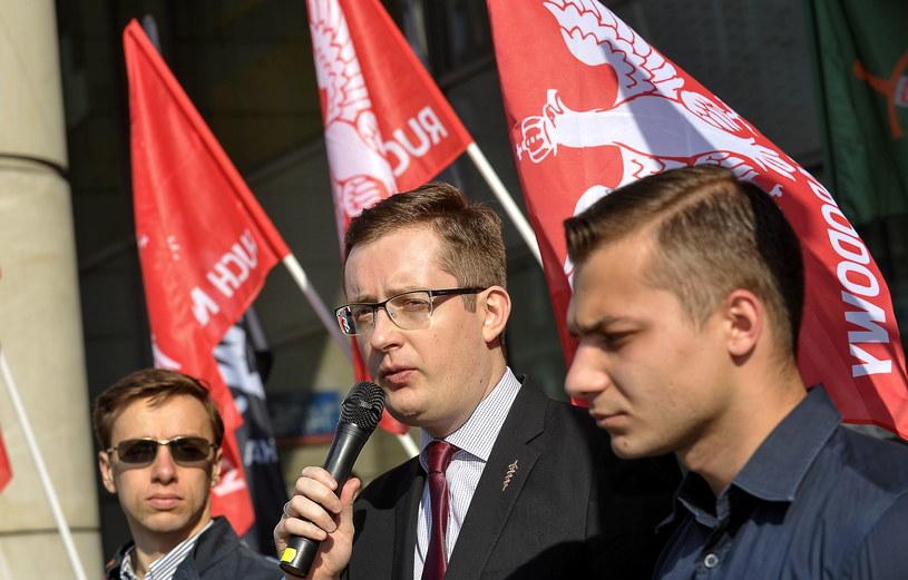 """Prezes Ruchu Narodowego Robert Winnicki podczas pikiety """"Nie dla imigrantów, nie dla UE!"""" /Marcin Obara /PAP"""
