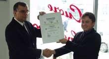 Prezes Viamotu Rafał Podolski (z prawej) odbiera certyfikat ISO 9001 /INTERIA.PL