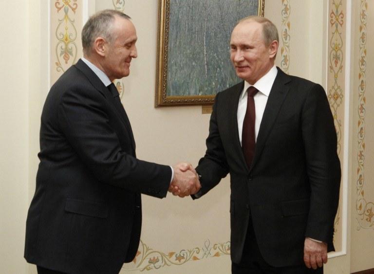 """""""Prezydent"""" Abchazji i Władimir Putin /AFP"""