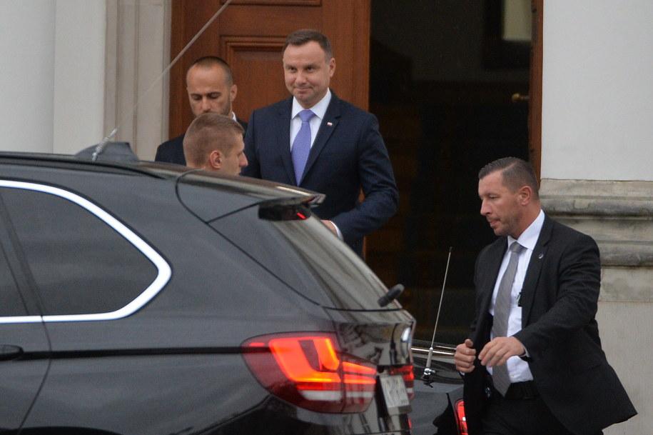 Prezydent Andrzej Duda (C) wychodzi z Belwederu /Marcin Obara /PAP