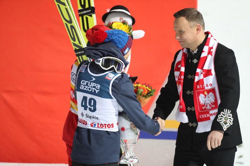 Prezydent Andrzej Duda gratuluje Kamilowi Stochowi /Grzegorz Momot /PAP