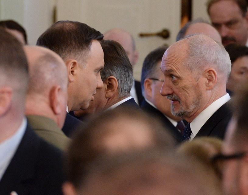Prezydent Andrzej Duda (L) i minister obrony narodowej Antoni Macierewicz (P) /Jacek Turczyk /PAP