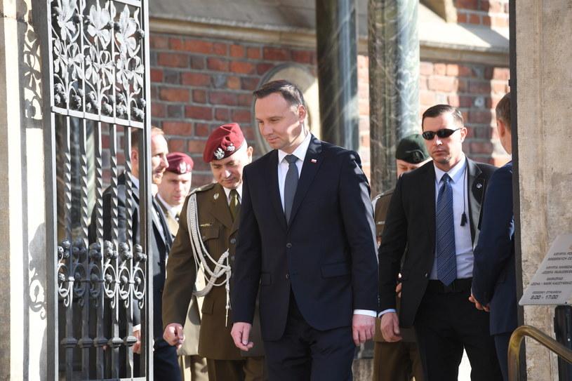 Prezydent Andrzej Duda po złożeniu kwiatów w Krypcie pod Wieżą Srebrnych Dzwonów na Wawelu /PAP