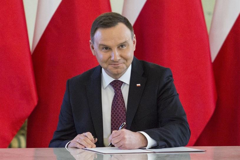 Prezydent Andrzej Duda podpisał ustawę obniżającą wiek emerytalny /Andrzej Hulimka  /Reporter