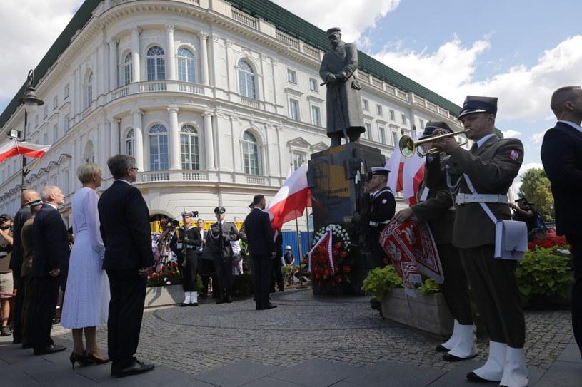 Prezydent Andrzej Duda składa wieniec przed pomnikiem Marszałka Józefa Piłsudskiego /Tomasz Gzell /PAP