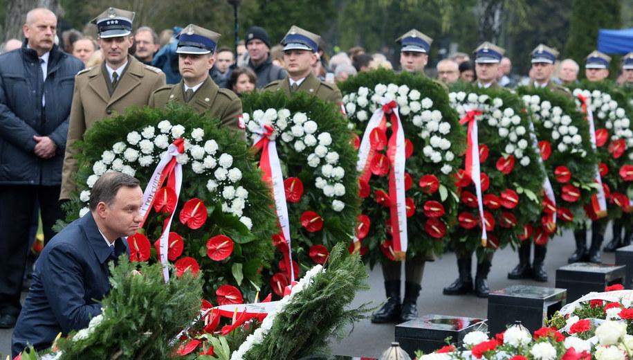 Prezydent Andrzej Duda składa wieniec przed pomnikiem ofiar na Cmentarzu Wojskowym na warszawskich Powązkach /Tomasz Gzell /PAP