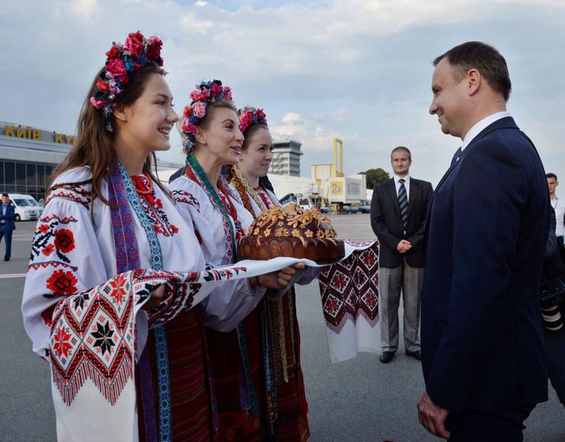 Prezydent Andrzej Duda witany po wylądowaniu na lotnisku w Kijowie /Jacek Turczyk /PAP