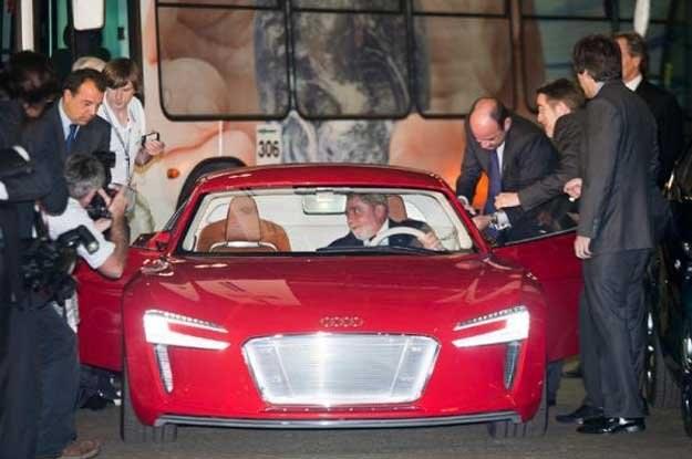 Prezydent Brazylii  Luiz Inacio Lula da Silva w pokazywanym w Rio prototypie Audi /INTERIA.PL