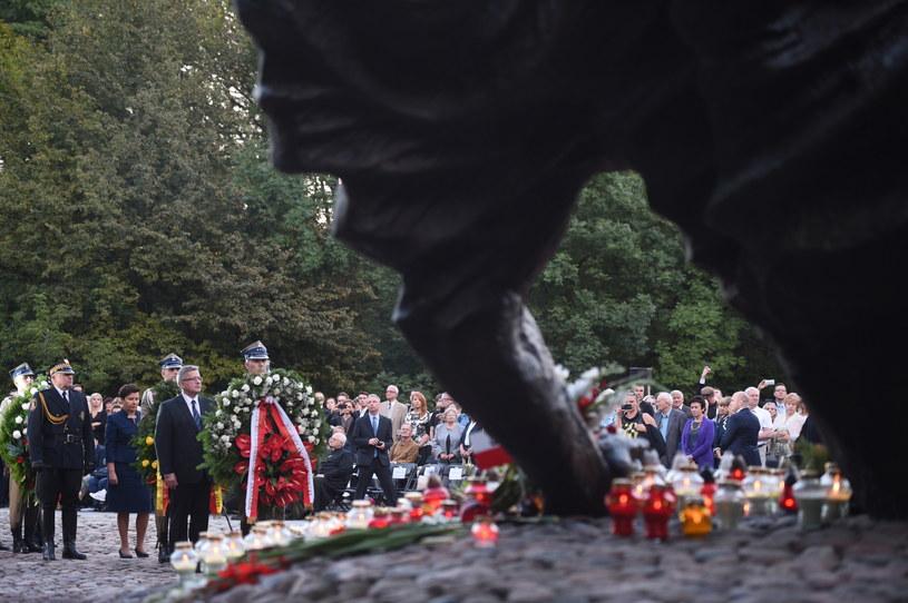 Prezydent Bronisław Komorowski (4L), prezydent Warszawy Hanna Gronkiewicz-Waltz (3L) podczas uroczystości przed Pomnikiem Polegli Niepokonani na warszawskiej Woli /Jacek Turczyk /PAP