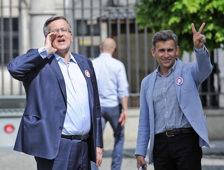 Prezydent Bronisław Komorowski (L) w towarzystwie byłęgo chodziarza Roberta Korzeniowskiego (P), podczas spaceru ulicami centrum Warszawy /Marcin Obara /PAP