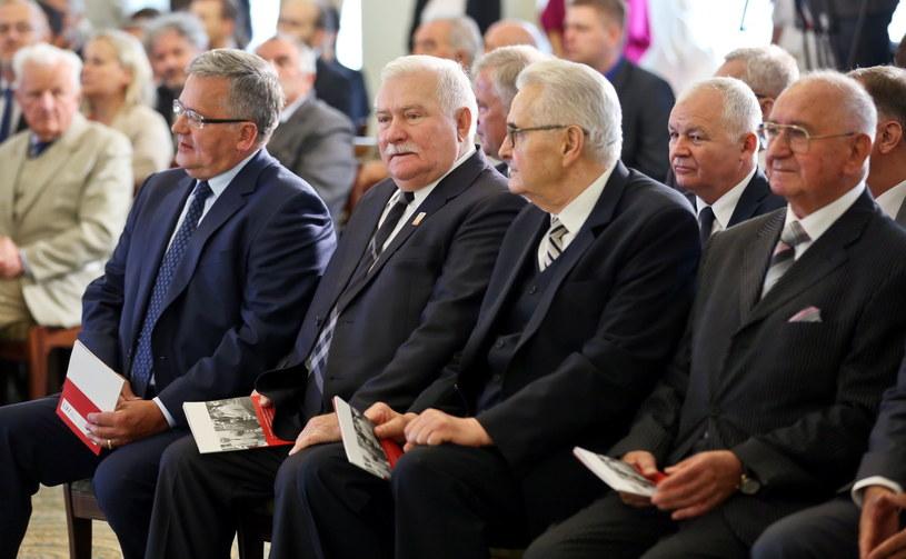 Prezydent Bronisław Komorowski oraz sygnatariusze porozumienia o zawarciu koalicji sprzed 25 lat /Rafał Guz /PAP