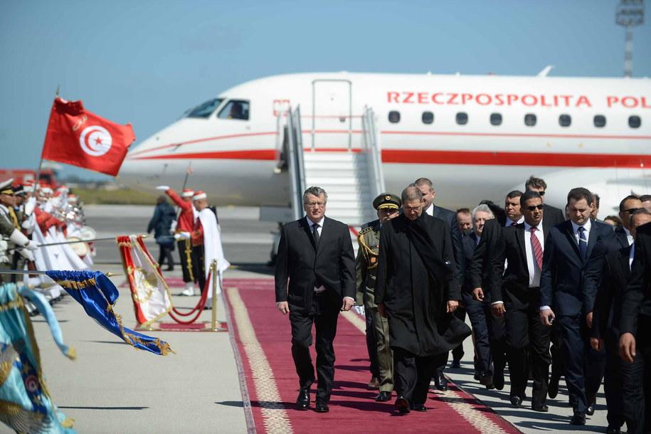 Prezydent Bronisław Komorowski podczas powitania na lotnisku w Tunisie /Jakub Kamiński   /PAP