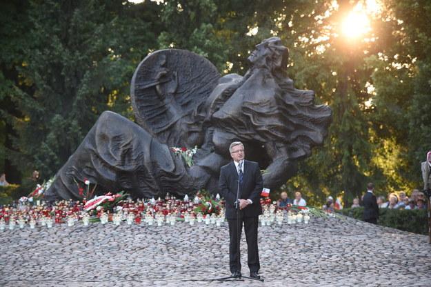 Prezydent Bronisław Komorowski podczas uroczystości przed Pomnikiem Polegli Niepokonani na warszawskiej Woli /Jacek Turczyk /PAP