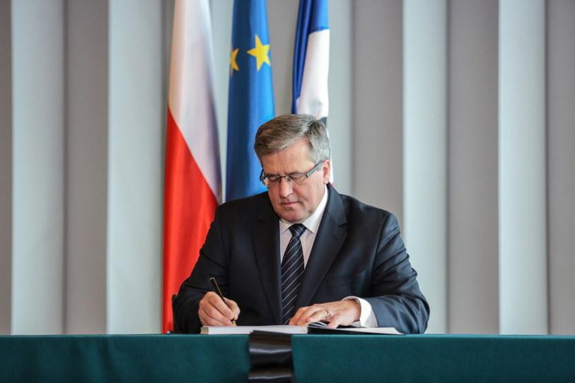 Prezydent Bronisław Komorowski składa wpis do księgi kondolencyjnej w ambasadzie Republiki Francuskiej /Leszek Szymański /PAP