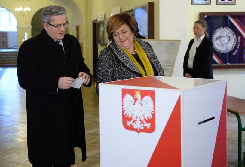 Prezydent Bronisław Komorowski wraz z małżonką Anną podczas głosowanie /Jacek Turczyk /PAP