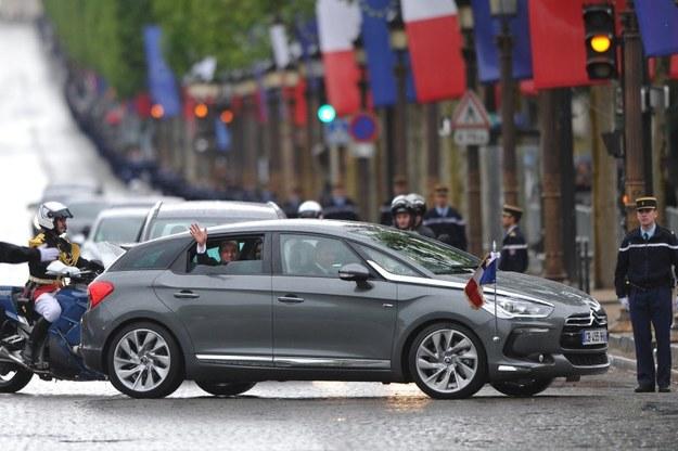 Prezydent Francji Francois Hollande w Citroenie DS5 Hybrid4 podczas inauguracji swojej prezydentur y. /Citroen