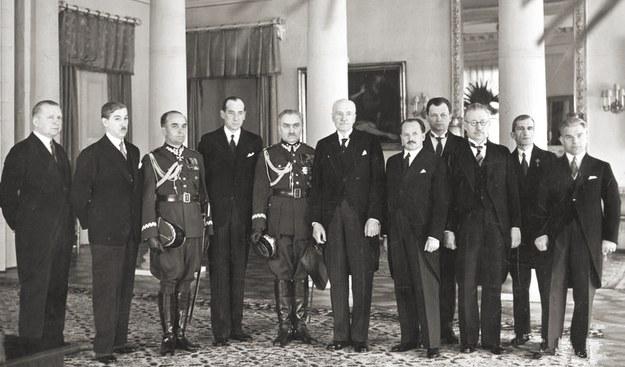 Prezydent Ignacy Mościcki (szósty z lewej) w otoczeniu rządu generała Felicjana Sławoja Składkowskiego (piąty z lewej) /Wikimedia