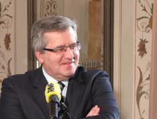 Prezydent Komorowski wyznaje: Nie jest łatwo golić się pod nosem