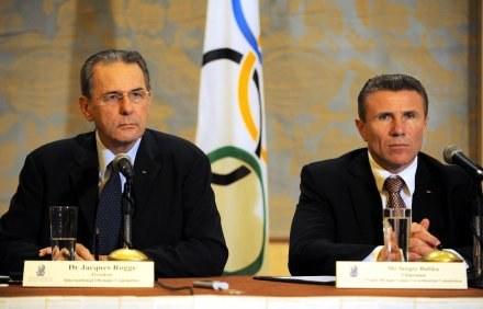 Prezydent MKOl. Jacques Rogge i Sergiej Bubka /AFP