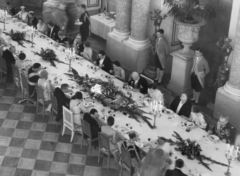 Prezydent Mościcki ze swoimi gośćmi podczas posiłku na Zamku Królewskim (domena publiczna) /Ciekawostki Historyczne