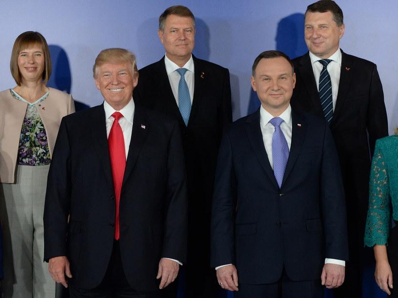Prezydent RP Andrzej Duda, prezydent USA Donald Trump , prezydent Estonii Kersti Kaljulaid, prezydent Łotwy Raimonds Vejonis  i prezydent Rumunii Klaus Iohannis podczas family photo przed rozpoczęciem obrad Szczytu Inicjatywy Trójmorza /Jacek Turczyk /PAP