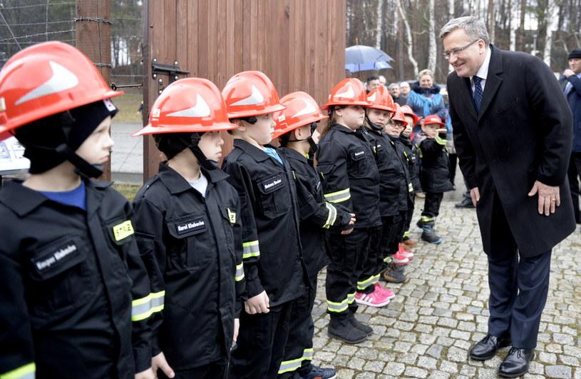 Prezydent RP Bronisław Komorowski wita się z dziećmi przed zwiedzaniem ekspozycji historyczno-dydaktycznej przy Górze Śmierci Europejskiego Centrum Pamięci i Pojednania w Pustkowie /Darek Delmanowicz /PAP