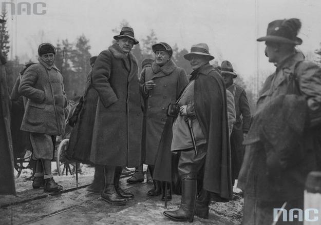 Prezydent RP Ignacy Mościcki (trzeci z lewej) w rozmowie z premierem Prus Hermannem Goringiem (czwarty z lewej) na polowaniu w Białowieży. Zdjęcie z 1935 roku /Z archiwum Narodowego Archiwum Cyfrowego