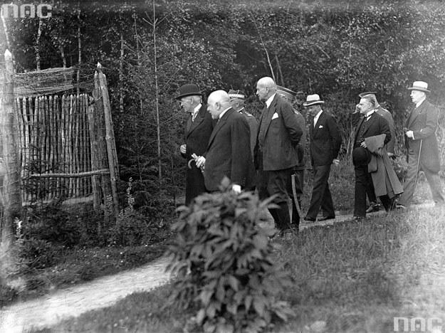 Prezydent RP Ignacy Mościcki (w meloniku) podczas zwiedzania zoo w Lasku Wolskim /Z archiwum Narodowego Archiwum Cyfrowego