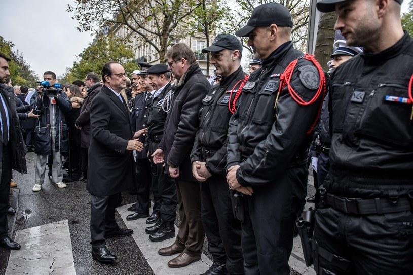 Prezydent ściskał dłonie najpierw krewnych ofiar i ocalonych z masakry, a następnie ustawionych w długim rzędzie policjantów, żandarmów, strażaków, lekarzy i sanitariuszy oraz przedstawicieli obrony cywilnej /PAP/EPA