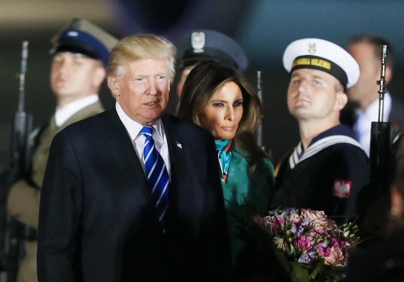 Prezydent Stanów Zjednoczonych Donald Trump z żoną Melanią Trump na warszawskim lotnisku /Paweł Supernak /PAP