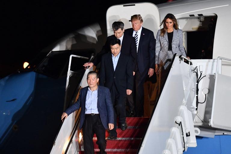 Prezydent USA Donald Trump i jego żona Melania wychodzą z samolotu wraz z więźniami uwolnionymi przez Koreę Północną /NICHOLAS KAMM /AFP